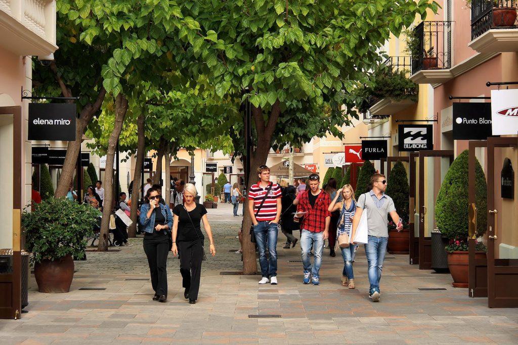 straat in la roca village outlet