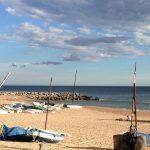 bootjes op het strand en pier
