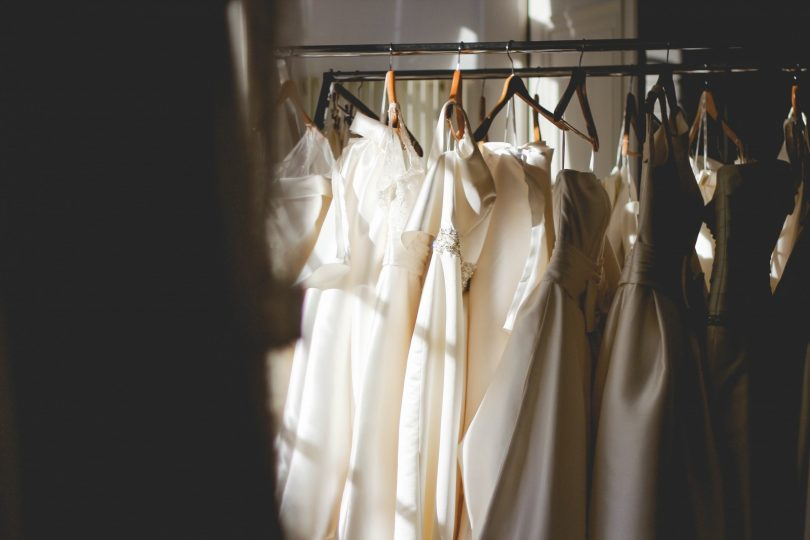 rek met diverse trouwjurken