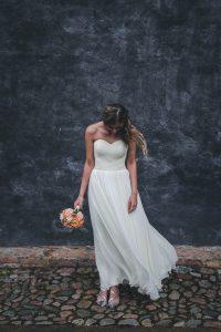 bruid met bruidsboeket en hoofd naar beneden gericht