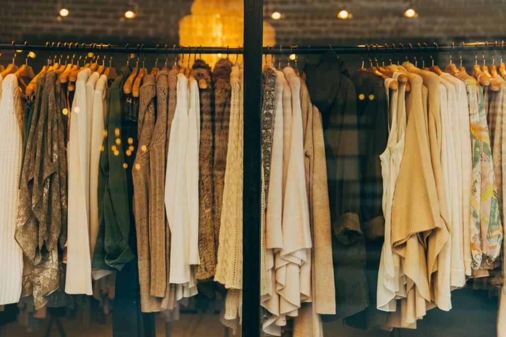 witte en crèmekleurige kleding in etalage
