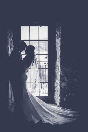 trouwpaar staat voor geruit raam