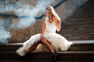 bruid in bruidsjurk zit op trap