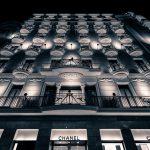 chanel gebouw in het donker met verlichting