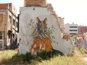 deel van overgebleven muur met milde graffiti
