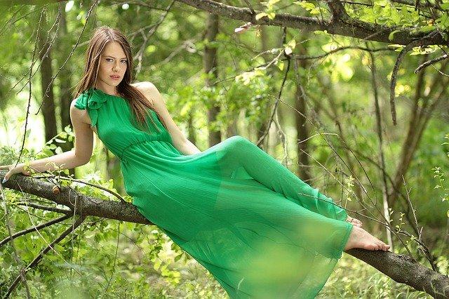dame in groene jurk