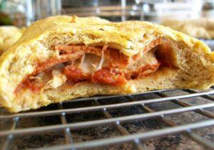 pizza calzone door midden gesneden