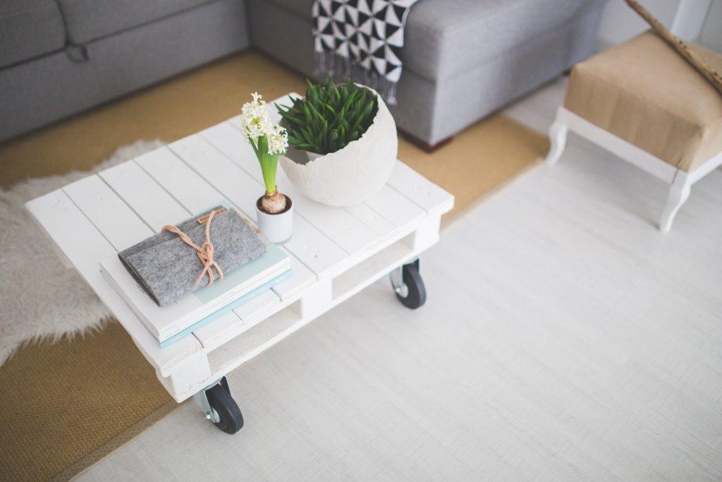 pallet salontafel in wit met wieltjes