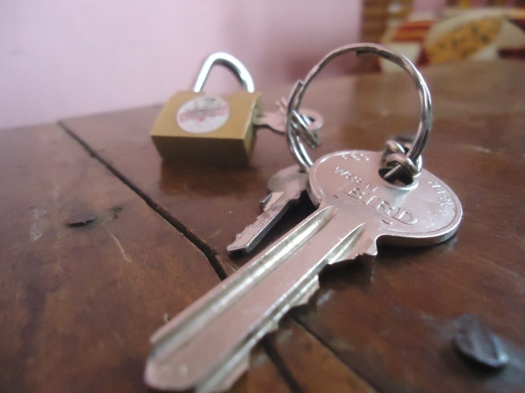 slot en sleutels op houten tafel