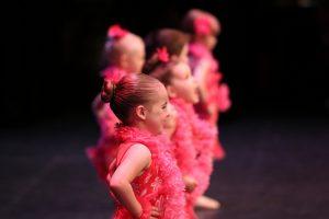 meisjes in roze dansoutfit
