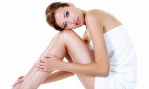 vrouw met witte handdoek om lichaam