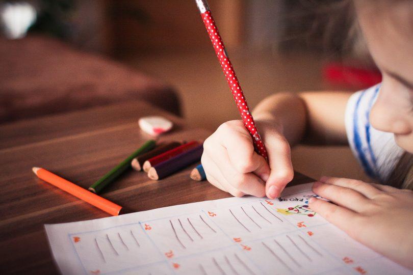 kind kleurt in schrift