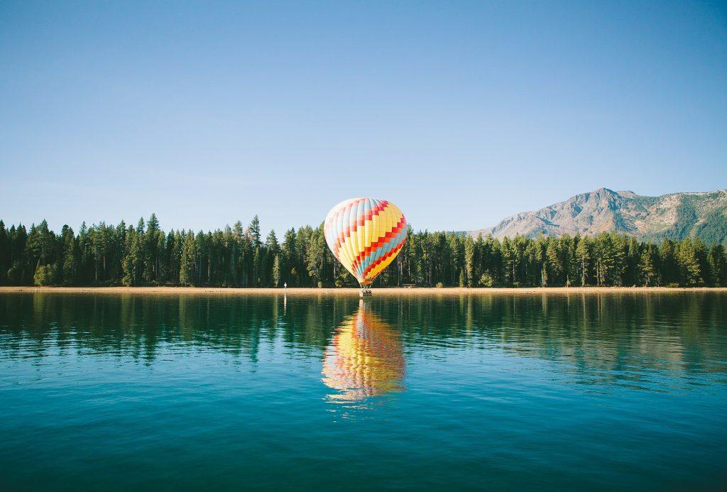 ballon boven meer