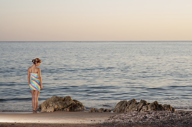 dame aan strand