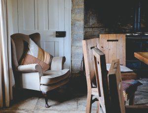 keuken met houten stoelen witte deur en oven