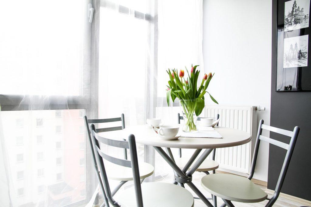 tafel met vier stoelen en tulpen