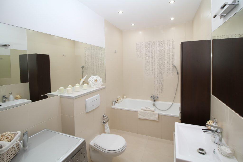 lichtroze badkamer