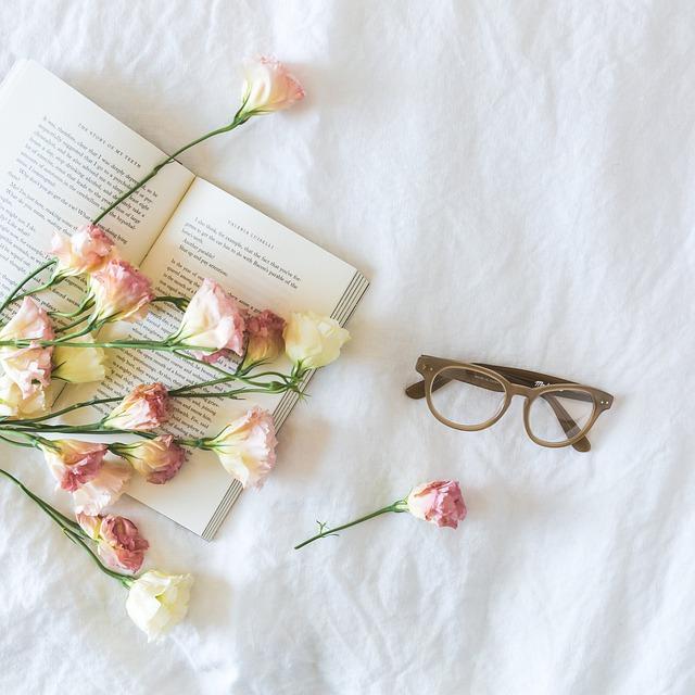 boek bloemen en bril