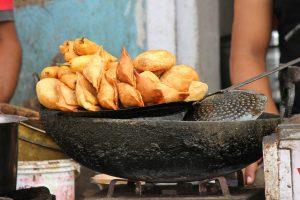 wok op vuur met indiase hapjes