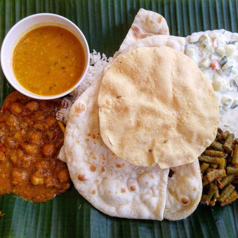 indiase curry met rijst naan pappadum