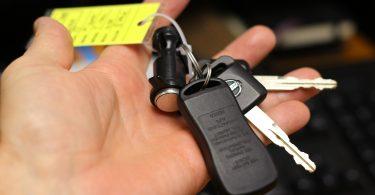 sleutels huurauto in hand