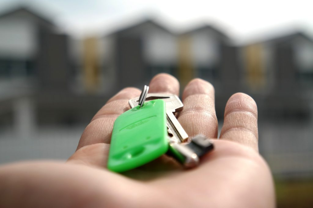 huissleutel met groen label in handen - appartement voorbereiden op verhuur