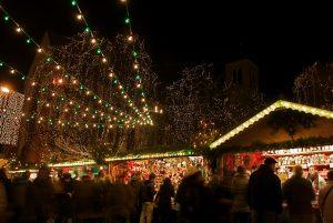 kerstkramen met lichtjes in het donker