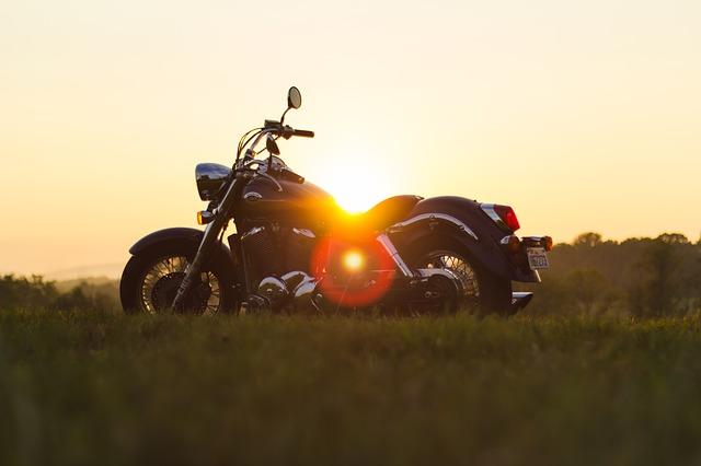 motor bij ondergaande zon