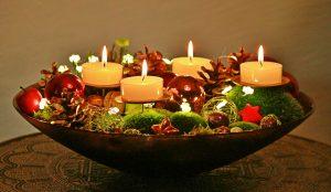 adventschaal met vier kaarsen rode ballen mos