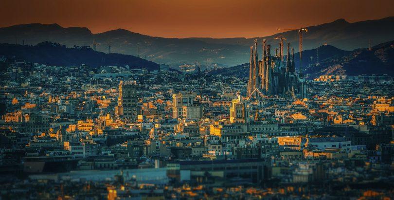 uitzicht over barcelona met ondergaande zon