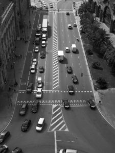 straat in barcelona met druk verkeer