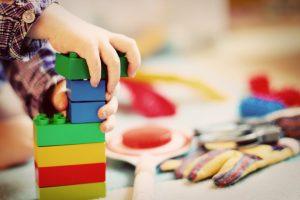 kind met lego