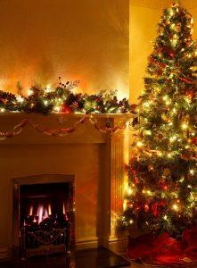 haard met lichtjes en kerstboom