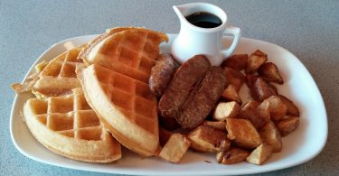 amerikaans ontbijt wafels worstjes gebakken aardappeltjes siroop