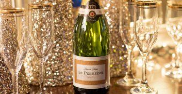 fles champagne met glazen