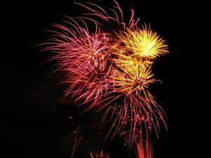 vuurwerk in roze en geel