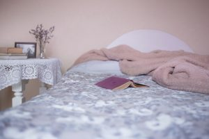 roze slaapkamer met bed en nachtkast