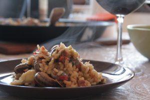 paella op bord met glas rode wijn