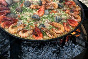 paella met zeevruchten en kruiden op vuur