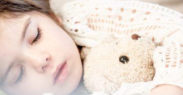 slapend kind met knuffelbeer