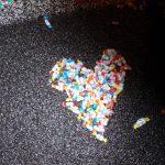 snoepgoed in hartvorm op straat