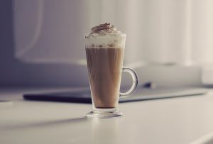 glas warme chocolademelk met slagroom