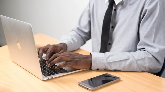 man zit aan laptop te werken