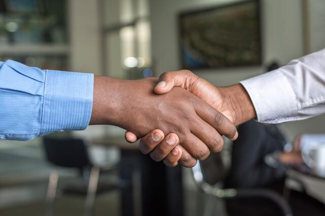 twee mannen schudden de hand