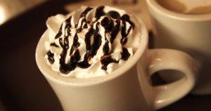 bovense deel beker warme chocolademelk met chocoladesaus op slagroom