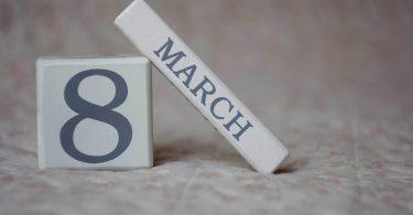 blokjes met 8 maart erop