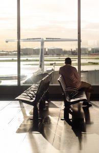 vertrekhal vliegveld met zicht op vliegtuig buiten