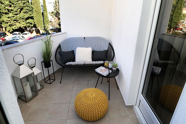 balkon met bankje en poef