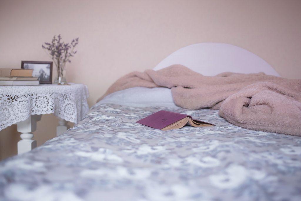 roze slaapkamer met roze details