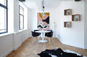 moderne eetkamer met houten vloer
